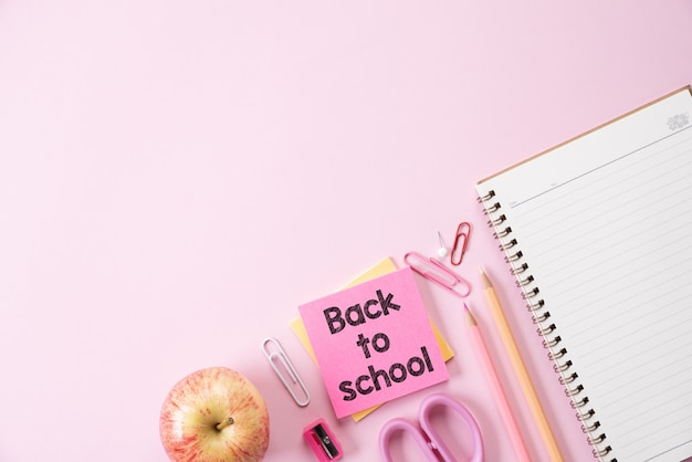 Bildung oder zurück zu schulkonzept auf rosa pastell.