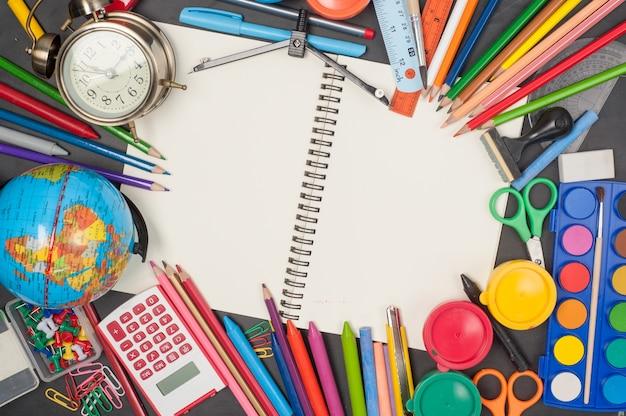 Bildung schule werkzeuge auf black chalkboard hintergrund