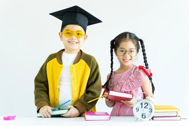 Bildung und zurück zu schulkonzept porträt von glücklichen kindern mit buch o.