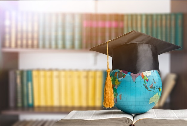 Bildung zum lernen in der welt. absolventin, die im ausland studiert, internationale idee.