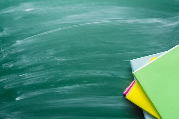 Bildungshintergrund auf grüner tafel