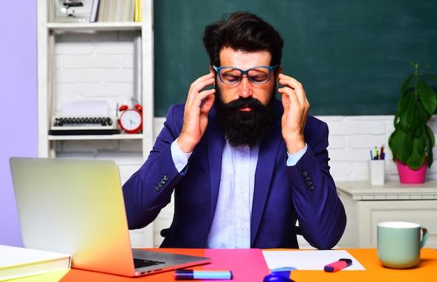 Bildungskonzept für studenten und nachhilfelehrer. lehrer, der sich auf die universitätsprüfung vorbereitet. lehrertag.