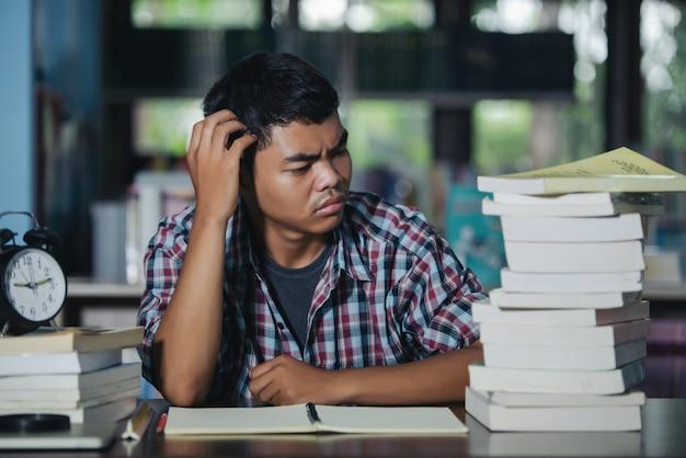 Bildungskonzept: müder student in einer bibliothek