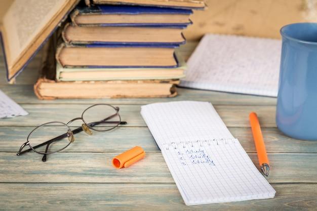 Bildungskonzept notizbuchseite mit der wortstudie auf holztisch
