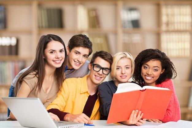 Bildungskonzept - schüler, die in der schule ein buch lesen