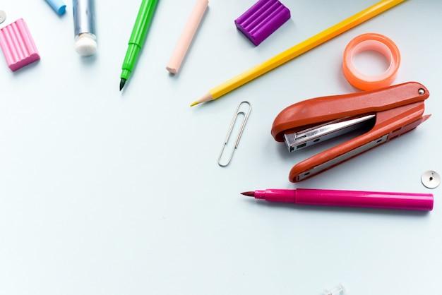 Bildungskonzept. schule oder schüler. zurück zur schule. gegenstände für die schule auf einem blauen tisch