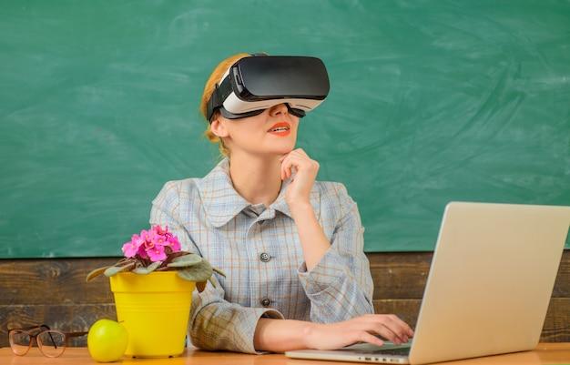 Bildungskonzept schullehrer mit laptop-lehrer in vr-headset mit laptop zurück zur schule online