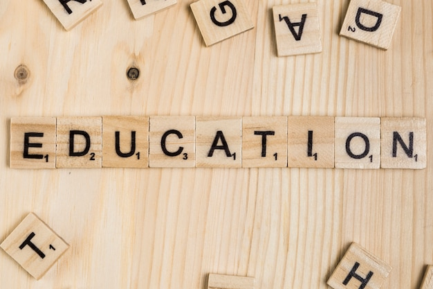 Bildungswort auf hölzernen fliesen