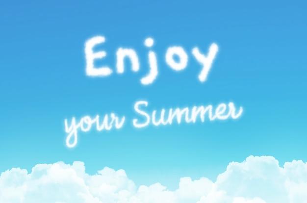 Bildunterschrift - genießen sie oder sommer, vor dem hintergrund eines getönten blauen sommerhimmels mit wolken unten.