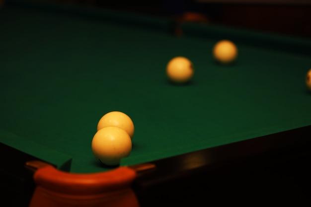 Billard-club. spieltisch mit russischem billardset und dunklem spielball. russische pyramide (russisches billard, pyramiden-billard), cue-sport.