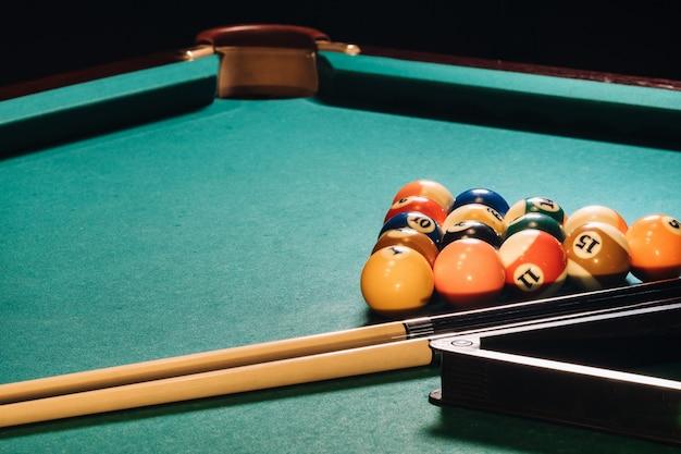 Billardtisch mit grüner oberfläche und bällen im billardclub