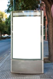 Billboard neben baum