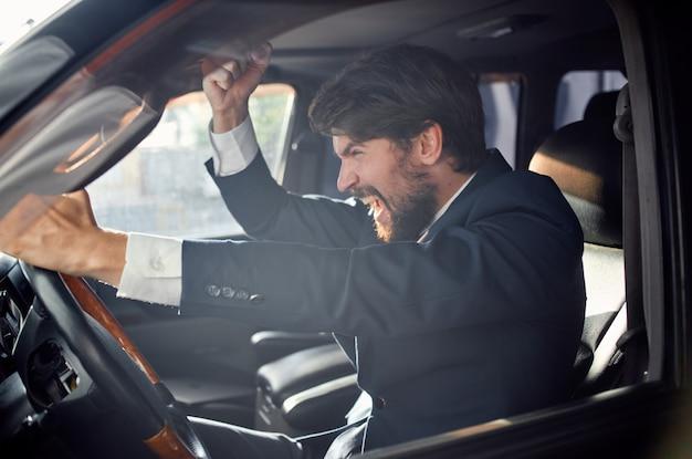 Billiger mann sitzt hinter dem steuer eines autos emotionen unzufriedenheit reise