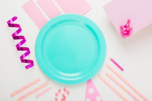 Bin leere platte mit dekorativen einzelteilen und geschenken auf weißem hintergrund