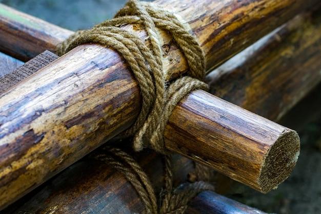 Binde das seil an das holz. binden sie eine schnur an einen stock. binden sie das seil an das holz.