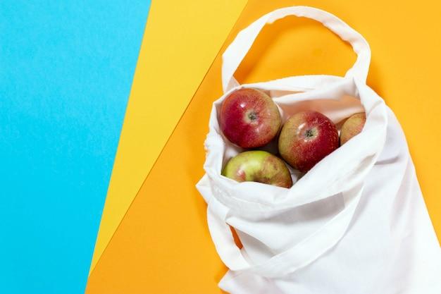 Bio-äpfel in baumwolltasche