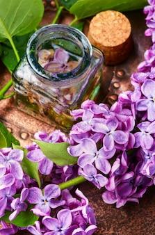 Bio ätherisches aromaöl mit flieder