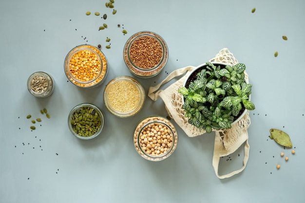 Bio-biomassenprodukte im zero waste shop. lebensmittellagerung in der küche bei einem abfallarmen lebensstil. getreide und körner in gläsern auf dem tisch. umweltfreundliches einkaufen im plastikfreien lebensmittelgeschäft.