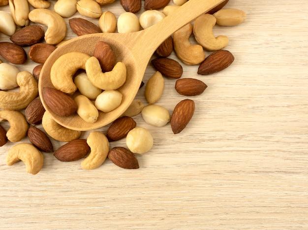 Bio-cashewnüsse, mandelnüsse und macadamianüsse und erdnüsse