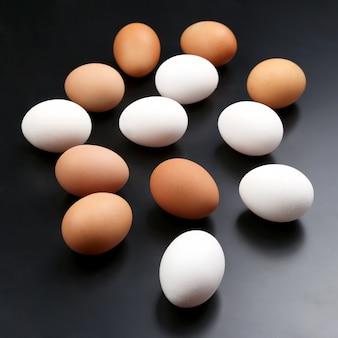 Bio-eier auf dem tisch