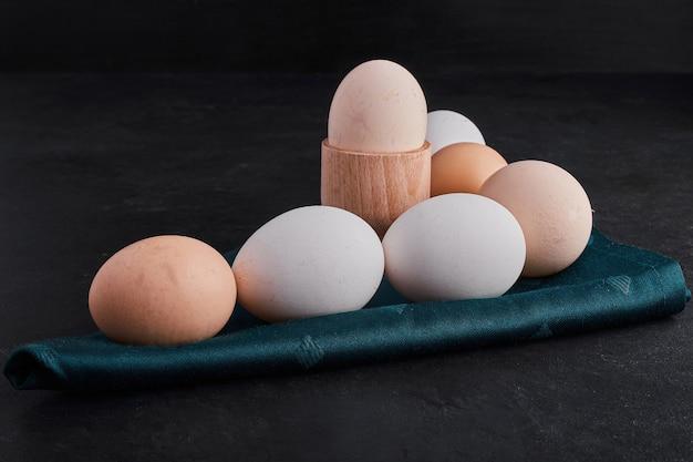 Bio-eier auf einer grünen tischdecke.