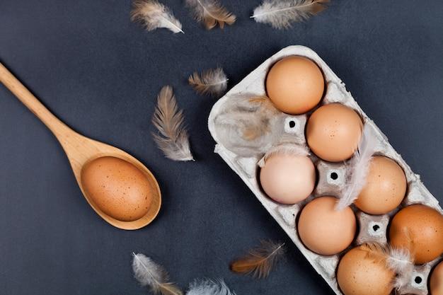 Bio-eier, holzlöffel und federn.