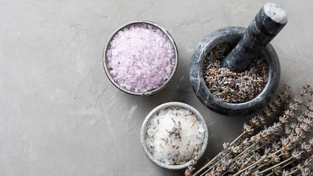 Bio-entgiftungssalz und getrockneter lavendel lassen kopierraum