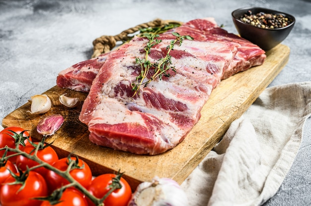 Bio-fleisch vom bauernhof. rohe schweinerippchen mit rosmarin, pfeffer und knoblauch.