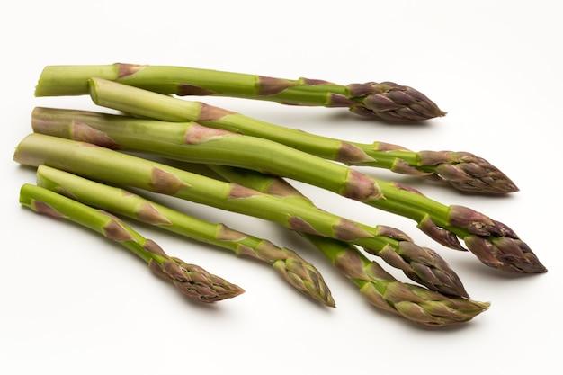 Bio frischer grüner spargel isoliert auf weiß.