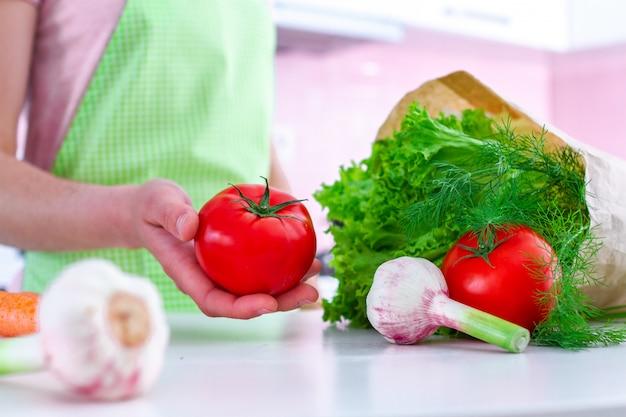 Bio-frischgemüse in papiertüte zum kochen von gemüsegerichten und salaten in der küche. gesunde ernährung, ausgewogene ernährung.