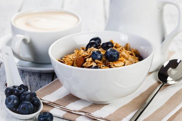 Bio-frühstücksflocken mit nussmilch und beeren