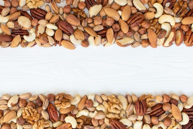 Bio gemischte nüsse banner mit platz für text. verschiedene nüsse. gesundes konzept