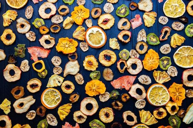 Bio gesund sortiert trockenfrucht mix nahaufnahme trockenfrucht snacks getrocknete äpfel mango feijoa getrocknete aprikosen pflaumen draufsicht