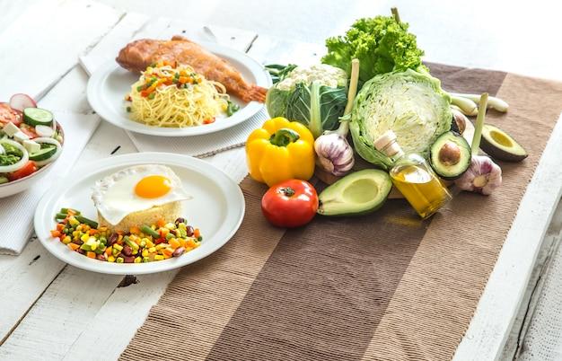 Bio gesunde lebensmittel auf dem esstisch