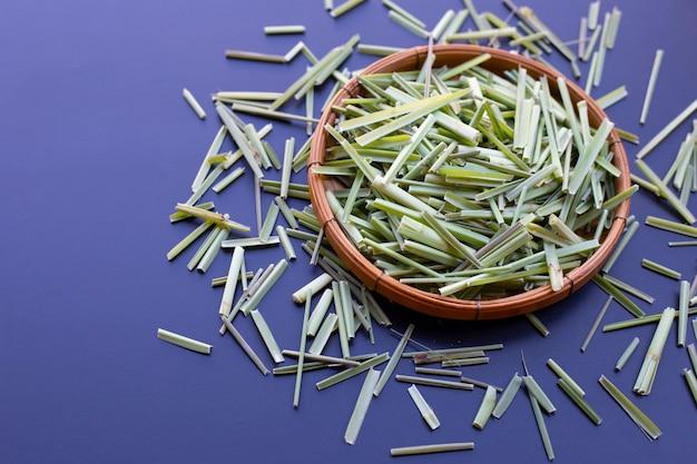 Bio getrocknetes zitronengras. kräuter für tee-konzept