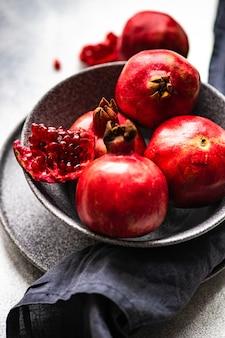 Bio-granatapfelfrüchte mit seinen samen auf teller