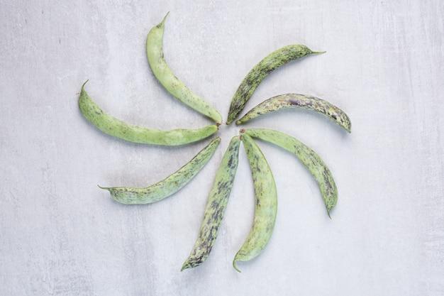 Bio grüne bohnen auf steinoberfläche. hochwertiges foto