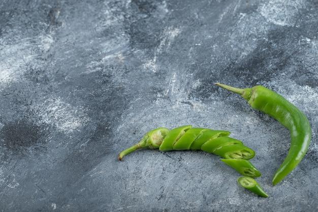 Bio grüne scharfe chilischoten mit scheiben. hochwertiges foto