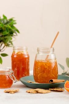 Bio hausgemachte marmelade in verschiedenen gläsern
