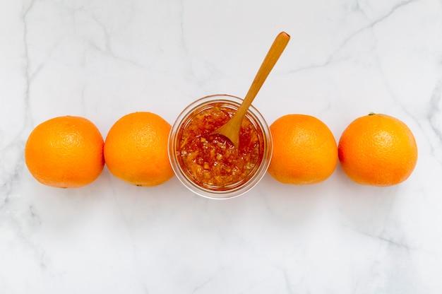 Bio hausgemachte marmelade und frische zitrusfrüchte