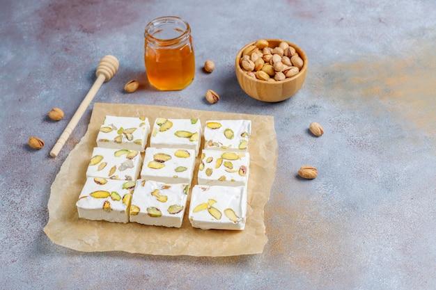 Bio hausgemachtes nougat mit honig, pistazie, draufsicht