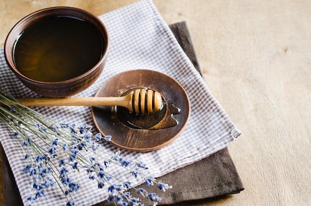 Bio honig und lavendelblüten.