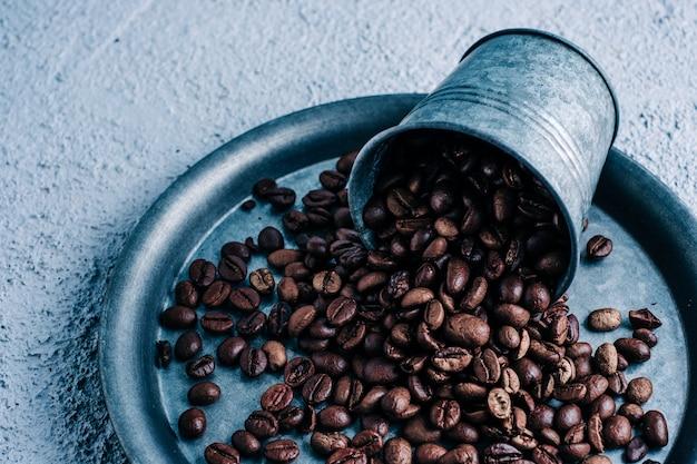 Bio-kaffeekapsel mit kaffeebohnen auf buntem hintergrund. farbkontrast. speicherplatz kopieren