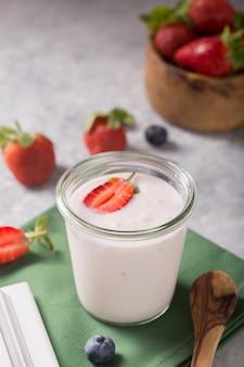Bio-kefir-joghurt im glas mit erdbeere