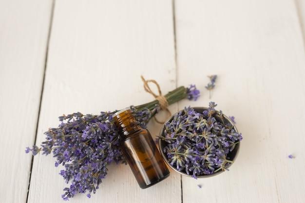 Bio-kosmetik aus aromatischem lavendel. draufsicht