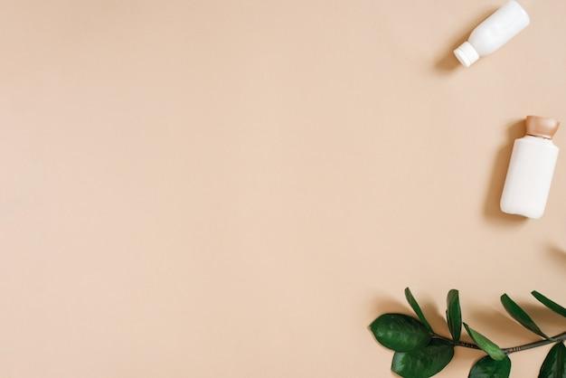 Bio-kosmetik mit einem grünen zweig von zamiokulkas