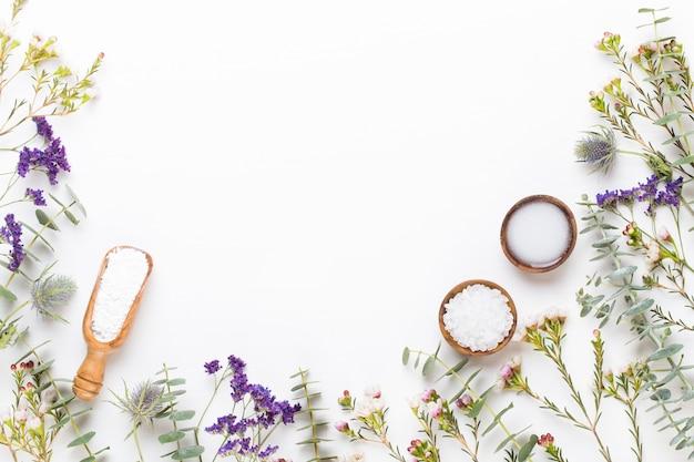 Bio kräutergrün kosmetik arrangement, meersalz und handgemachte kosmetik.