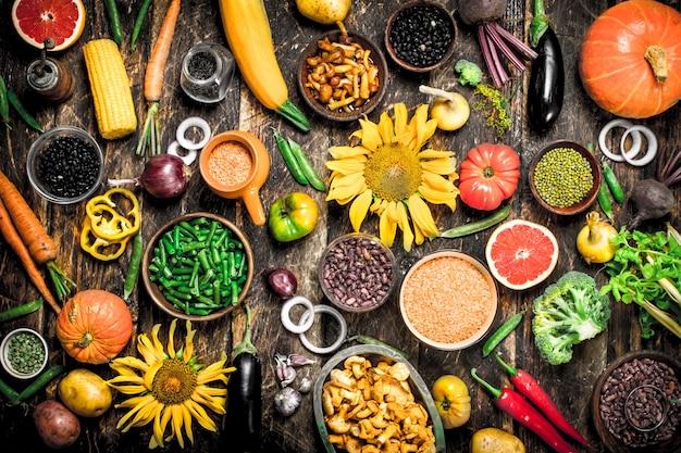 Bio-lebensmittel. eine vielzahl von gemüse und obst.