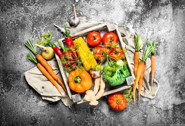 Bio-lebensmittel. frische ernte von gemüse und obst.