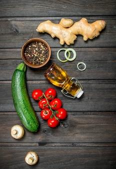 Bio-lebensmittel. frisches gemüse mit gewürzen auf rustikalem tisch.